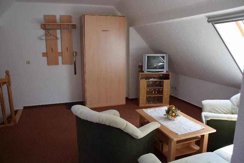 Wohn- und Esszimmer mit Schrankbett